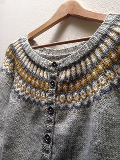 Ravelry: littletoe's Gold and Gray Gamaldags, beautiful adaptation make with a sport weight yarn. Knitting Stitches, Knitting Designs, Sport Weight Yarn, Fair Isle Knitting, Poncho Sweater, Yarn Crafts, Pull, Knit Crochet, Sweaters For Women