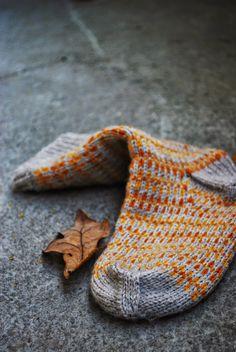 "Garn : Hjertegarn i färgerna beige ""sock gul och or. Knitting Socks, Hand Knitting, Knit Socks, Cozy Socks, Orange Grey, Orange Color, Knitted Slippers, Mittens, Knitting Patterns"