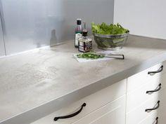 Die Küchen-Arbeitsplatte in der Beton-Optik, haben wir aus Kerdi-Board und einer Bodenausgleichsmasse hergestellt. Damit die Masse in Form bleibt, ist es wichtig, dass Sie die Plattenränder mit einer Alu-Leiste bekleben. Bei einer Kerdi-Board-Stärke von 38 mm nehmen Sie 50-mm-Leisten, damit die Ausgleichsmasse mit 12 mm eine stabile Dicke erreicht.