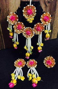 27 trendy ideas for indian bridal jewelry kundan headpieces Indian Wedding Jewelry, Indian Bridal, Bridal Jewelry, Hair Jewelry, Bridal Shoes, Indian Jewelry, Flower Jewellery For Mehndi, Flower Jewelry, Gota Patti Jewellery