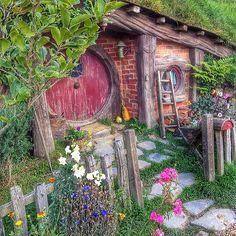 Small hobbit hole along path in Hobbiton.