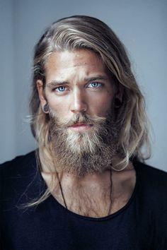 hipster-bart-blond-haare-lang-vollbart-moustache-bluse-schwarz-blauäugig