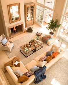 11_Vista cenital de salón con alfombra, sofás, mesas de centro industriales…