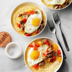 Food and Drink Recipes: Sausage and Eggs Over Cheddar-Parmesan Grits How To Cook Grits, How To Cook Sausage, Southern Breakfast, Breakfast For Dinner, Breakfast Ideas, Breakfast Specials, Slow Cooker Breakfast, Breakfast Casserole, Dutch Oven Recipes