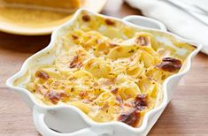 Healthy Cheesy Potato Bake-Baked potato recipes are a dime a dozen, as are potato casseroles, but some of them are pretty unhealthy. At 193 calories a serving, I can still have my potatoes :) Scalloped Potatoes With Cream, Easy Cheesy Scalloped Potatoes, Scalloped Potato Recipes, Scallop Potatoes, Scalloped Potatoes Mushroom Soup, Russet Potatoes, Crockpot Scalloped Potatoes, Sliced Potatoes, Cheesy Potato Bake