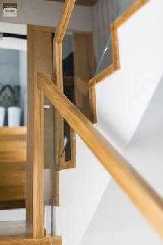Schody dywanowe, balustrada szklana. Realizacja w Rybniku – Sob-Drew Schody drewniane Interior Stair Railing, Stair Railing Design, Home Stairs Design, Glass Railing, House Stairs, Kuta, Wall Lights, New Homes, Room Decor