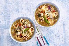 Goedgevulde soep met nog knapperige groenten en omeletrolletjes. - recept - Allerhande