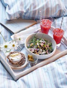 Rezepte für das Neujahrsfrühstück mit Kaffee, Matjessalat, Rührei und Nougat-Croissants. Ein guter Start ins neue Jahr!