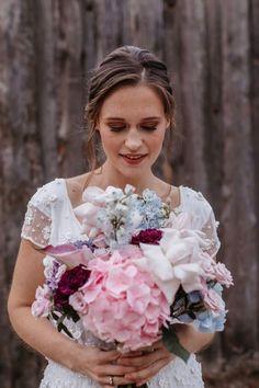 Blumig, romantisch und in den schönsten Nuancen der Farbe Violett begeistert diese Hochzeitsinspiration in der Oberhafenkantine Berlin mit dem Hochzeitstrend 2021: Ein Farbspiel in Monochrom #bridalbouquet #violett #bridalflowers