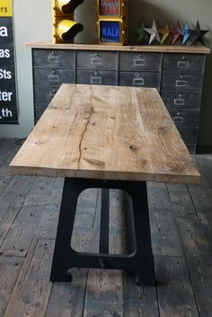 Grande table industrielle plateau chene massif pietement metal eiffel best salons and tables ideas for Grande table industrielle