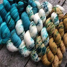 This is a yarn kit dyed especially to knit the beautiful Find Your Fade Shawl from the designer Andrea Mowry !! We built up a hand dyed yarn combination of 7 colors in a gradient effect, perfect to knit up this spectacular piece ! ** THE KIT DOESNT INCLUDE THE PATTERN, YOU MUST BUY IT HERE