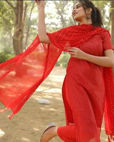 Buy Salwar Suits For Women from india's largest women shopping store fashionmozo. Color: Red Type: Kurti Pant Dupatta Fabric: Rayon Sleeves: Half Sleeves Work: Printed Plazzo: Yes Dupatta: Nazneen Stylish Sarees, Stylish Dresses, Simple Dresses, Indian Fashion Dresses, Dress Indian Style, Fashion Outfits, Indian Wear, Simple Kurta Designs, Kurta Designs Women