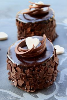Fancy mini chocolate cakes. It has the recipe in english half way down the page. Retete tort - Mini torturi de ciocolata