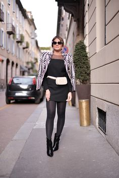 A blogueira Thássia Naves usando pochete Chanel.