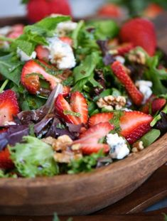 Feast your eyes on this stunning Strawberry Spinach Salad with Gorgonzola, Walnu… – Gesundes Abendessen, Vegetarische Rezepte, Vegane Desserts, Healthy Salads, Healthy Eating, Healthy Recipes, Delicious Recipes, Mint Recipes, Summer Recipes, Holiday Recipes, Tropical Fruit Salad, Honey Lime Dressing