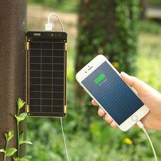 """『Plug into the sun』日本語に訳すと「太陽にスマホをつなぐ」。センスに満ち溢れた『Solar Paper』のコンセプトです。スマホの充電が切れても、太陽があれば大丈夫。太陽の下で Solar Paper のソーラーパネルを開けば、太陽光がスマホを充電してくれます。晴れている日であれば、家庭用コンセントとほぼ同じスピードで充電が可能。キャンプやBBQ、屋外スポーツ、海外旅行といった電源がない場所はもちろん、大規模な災害や停電時の防災グッズとしても重宝するはず。自然の恵みが、私たちのデジタルライフをさらに豊かにしてくれる。ロマンに溢れた充電器です。""""太陽""""でスマホが充電できるってすごい。Solar Paper を使ってみてまず驚くのは、ソーラーパネルが太陽光を受けて、スマホの充電が開始された瞬間。そこには、充電ケーブルをつないだだけのソーラーパネルとスマホしかないのに、実際に目の前で充電が始まると「おお!」と驚きと感動を覚えます。頭で理解していても、実体験に勝るものはないと本当に感じました。晴れた日なら、スマホ(例えば、iPhone…"""