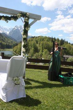 Trauung unter freiem Himmel auf der Bergwiese über dem Riessersee mit Blick auf das Wettersteingebirge - ceremony on the meadow in the mountains in Bavaria, Garmisch
