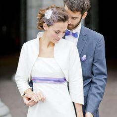 Lotta-Brautbolero aus bestickter Dupionseide in Elfenbein mit Stehkragen und 3/4-Ärmeln.