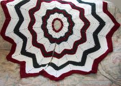 Simple Christmas Tree Skirt Pattern Holiday crochet is a great opportunity to find free crochet patterns and decorate the house. A Simple Christmas Tree Skirt will help pull your holiday together. Christmas Tree Skirts Patterns, Crochet Christmas Decorations, Crochet Christmas Trees, Homemade Christmas Decorations, Christmas Crochet Patterns, Holiday Crochet, Christmas Skirt, Crochet Ornaments, Crochet Winter