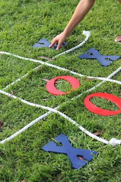 decided to host the BBQ at a local park because I wanted lots of room for all the kids to run and play. I took full advantage of all that space and put together tons of activities. We had patriotic stickers and bubbles to keep the little ones busy, a tin can toss, sack races, wagon rides, tug of war and a pretty awesome tic-tac-toe lawn game. Evite-Party-Ideas-Contributor-Sweet-Jelly-Party-4th-of-July-tic-tac-toe