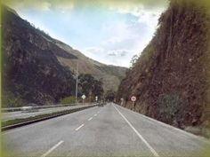 """DEPARTAMENTO DE NARIÑO, COLOMBIA (V., 16 AGO 2013) ▶ """"Proyecto Rumichaca - Pasto"""" (4G Concesiones) .. Este proyecto comprende la construcción de una segunda calzada que tiene una longitud de cerca de 80 kilómetros. Se duplicará la calzada entre el Intercambia... - YouTube"""