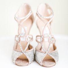 I love shoe... uuuhhh... You! Wit, kleur, stijlvolle eenvoud, glitter all over: we love 'm all❤️ Hoe zien jouw beauties eruit? #bruidmagazine #trouwen #bruiloft #weddings #shoes #weddingshoes #bruidsschoenen #shoeaddict #love #glitter Foto: Troy Grover