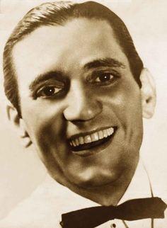 """O romantismo de Francisco Gomes, um dos cantores de maior relevância da primeira metade do século XX, será resgatado na voz deMárcio Gomes dia 13/12, no Sesc Madureira, entrada catraca livre. No tributo ao """"Rei da Voz"""", além do repertório registrado no CD, com clássicos românticos (""""Nervos de aço"""", """"Serra da boa esperança"""", """"Boa noite,...<br /><a class=""""more-link"""" href=""""https://catracalivre.com.br/rio/agenda/barato/marcio-gomes-canta-francisco-alves-um-tributo-ao-rei-da-voz/"""">Continue lendo…"""