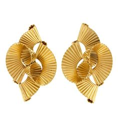 Meticulously modern, and boldly chic, these 14k gold ribbon motif earrings are fearlessly fifties. Circa 1950s