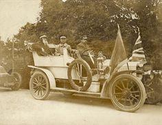 William Booth, Gründer der Heilsarmee, zusammen mit seinem ältesten Sohn Bramwell Anfang des 20. Jahrhunderts in einem Auto mit offenem Verdeck.