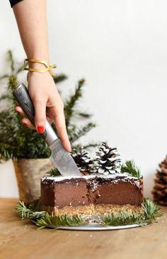 Layer cake chocolat - noix de coco (cru, vegan, sans gluten - Sweet & Sour l Vegan, gluten-free + healthy tips I - Köstliche Desserts, Vegan Dessert Recipes, Raw Food Recipes, Sweet Recipes, Patisserie Vegan, Patisserie Sans Gluten, Raw Cake, Vegan Cake, Healthy Cake