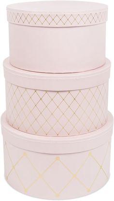 Alice & Fox Pappbox Rund Square Dots 3-pack, Dusty Rose/Gold är ett set med tre rymliga förvaringsboxar i en snygg rosa design med gulddetaljer. Boxarna kommer i tre storlekar och kan lätt förvaras i varandra eller staplas på varandra. Perfekt för att hålla ditt barns rum organiserat. <br><br>Mått stor väska: Ø 26 cm, höjd 14,5 cm.<br>Mått mellan väska: Ø 24 cm, höjd 13,5 cm.<br>Mått liten väska: Ø 22 cm, höjd 12,5 cm.<br><br>Material: Hård papp.&l...