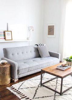 tons neutros na decoração da sala de estar, sala de estar decoração neutra, sofá cinza, prateleira com quadros, tronco como mesa lateral