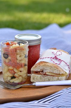 Picnic Perfect: Picnic Ideas, Recipes and Tips (That's strawberry lemonade in the closed jar) Spring family activity, spring picnic Picnic Lunches, Picnic Foods, Picnic Recipes, Sandwich Recipes, Beach Picnic, Summer Picnic, Picnic Dinner, Picnic Parties, Outdoor Parties