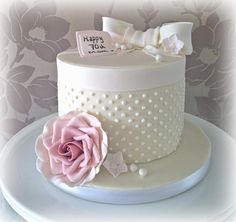 Flowers and Pearls Hatbox Cake Elegant Birthday Cakes, Birthday Cake For Mom, Elegant Cakes, Gorgeous Cakes, Pretty Cakes, Cute Cakes, Hat Box Cake, Gift Box Cakes, Mothers Day Cake