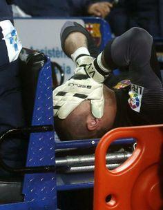 GRA436. BARCELONA 26/03/2014.- El portero del FC Barcelona Víctor Valdés es retirado en camilla tras sufrir una lesión, durante el partido ante el Celta de Vigo.
