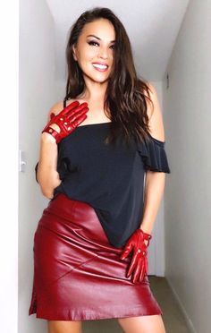 Red Leather Skirt, Black Leather Gloves, Black Shirt Outfits, Hot Outfits, Leather Driving Gloves, Gloves Fashion, Leder Outfits, Red Skirts, Tight Dresses