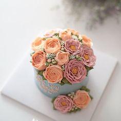 여자친구 생일선물로 여자친구와 여자친구의 부모님께 선물할 케이크를 따로 주문해 주신 로맨티스트님~  여자친구의 부모님까지 생각하는 마음이 넘 멋지셔서 부럽기까지 했답니다 ㅎㅎ~ 좋은선물 하셨길, 좋은시간 보내셨길 바랍니다~^^ . . . #블랑비케이크 #플라워케이크 #여자친구생일 #생일선물 #디저트 #플라워케이크클래스 #바닐라 #생일케이크 #플라워케익 #케이크 #버터크림플라워 #yum #작약 #선물 #베이킹 #케익스타그램 #꽃스타그램 #리스 #버터크림플라워케이크 #럽스타그램 #합정 #클래스 #flowercake #cake #dessert #buttercreamcake #buttercream #class #koreanflowercake