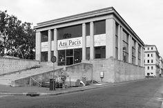 La teca originale del 1938, dopo la verniciatura di bianco degli anni '50 e il ripristino delle vetrate del 1970. In origine la teca era di finto porfido rosso.