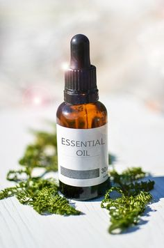 There are a myriad of tea tree oil benefits in today's society. Everything from acne treatments to clearing the air. Tea tree oil is a necessity in one's arsenal of natural medicinal products. Essential Oils For Cysts, What Are Essential Oils, Tea Tree Essential Oil, Apple Cider Vinegar Toner, Home Remedies For Uti, Snoring Remedies, Natural Remedies, Eucalyptus Citronné, Camomille Romaine
