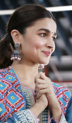 Alia Bhatt Biography - Age, Height, Wiki, Family & More - BuzzzFly Indian Bollywood Actress, Beautiful Bollywood Actress, Beautiful Indian Actress, Indian Actresses, Indian Celebrities, Bollywood Celebrities, Alia Bhatt Varun Dhawan, Alia Bhatt Photoshoot, Aalia Bhatt