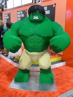 I tried to get my 1 to pose with this statue, but he backed away slowly. Hard to blame him, really. Thursday at Comic-Con 2012 Lego Hulk, Hulk Hulk, Hulk Marvel, Avengers, Legos, Lego Engineering, Hoops And Yoyo, Modele Lego, Lego Structures