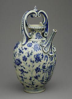 Konvice na vodu * bílý porcelán s ručně malovanými kvítky, z roku 1575.