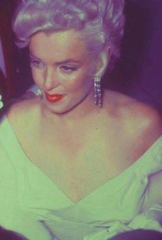 """1955 / Le 1er juin 1955, a lieu la première du film """"The Seven Year Itch"""" (Sept ans de réflexion) au """"Loew's State Theater"""" à Times Square, New York. Pour célébrer l'événement, une immense pancarte de seize mètres de hauteur est affichée devant le théâtre, représentant Marilyn avec sa robe blanche qui virevolte, qui reste l'une des plus célèbres scènes du cinéma. Les journalistes ont à leur tour interviewé les passants pour leur demander leur avis : certains new-yorkais étaient agréablement…"""