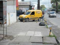 Carro dos Correios em cima da calçada, tirando o direito das pessoas de ir e vir.