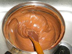 Az édes csokoládés krém lenyűgöző é hűsítő desszert, ha nincs kedved sütni, ezt próbáld ki! Hozzávalók: 10 dkg főzőcsokoládé 2 evőkanál víz 4 tojás 4 evőkanál cukor Elkészítése: Négy szelet (kb. 10 dkg) főzőcsokoládét 2 ev...