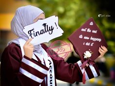 Graduation should be celebrated as the day of success, a long and challenging process. Graduation Poems, Graduation Flowers, Graduation Balloons, Graduation Diy, Graduation Picture Poses, College Graduation Pictures, Graduation Photoshoot, Floral Wallpaper Desktop, Purple Wallpaper