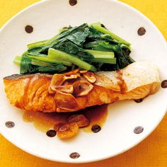 Saute garlic Joyu source of salmon  Raw salmon 2 slices Jap Spinach 1/2 Thinly sliced ​​garlic Two pieces   Sauce soy sauce, sake, water Each 1 tbsp Salt, pepper Each a little Salad oil 1 tablespoon and 2 teaspoons Butter (if you like) 1 tsp