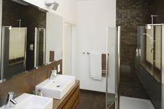 Kabina prysznicowa w narożniku do dobre rozwiązanie w wąskich pomieszczeniach. Projekt: Agata Piltz. Fot. Bartosz Jarosz
