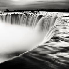 niagra falls in black and white