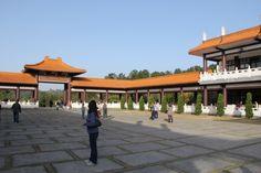 Cotia. Templo Zu Lai. Os grandes espaços vazios chamam ao silêncio e à reflexão. O lugar perfeito para fazer um balanço da vida.